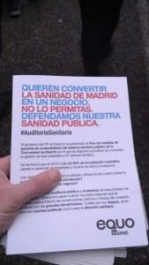 Diptico de Equo sobre la privatizacion de Sanidad en mano de manifestante
