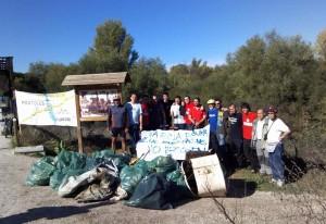 Recogida de basura en puente de hierro sobre el río Guadarrama